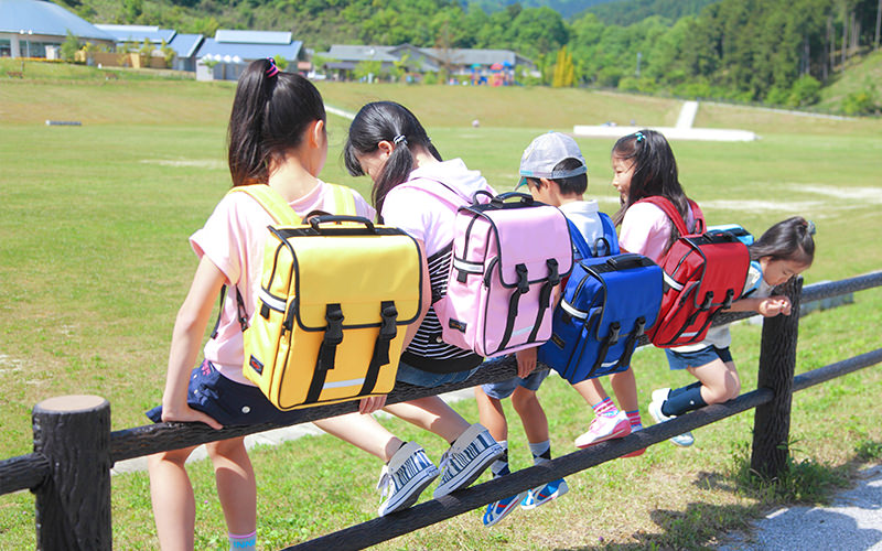 通学カバンを背負う子供達